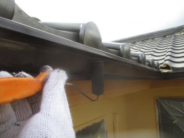 軒樋の2回目ローラー塗装中です