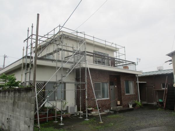 宇都宮市で2階造り陸屋根のパラペットの修復工事が着工しました