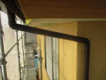 竪樋の1回目塗装が終了しました