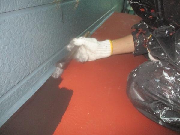 霧よけ天板の中塗り刷毛塗装中です