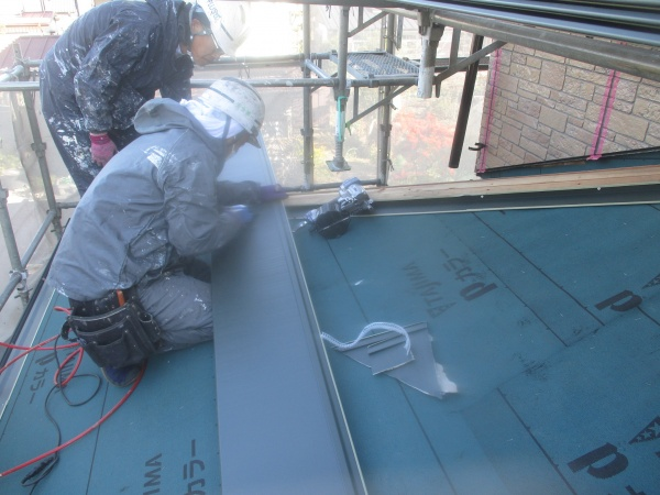 下屋根のルーフ貼り付け中です