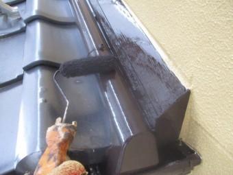 這い樋と壁水切りの上塗りローラー塗装中です