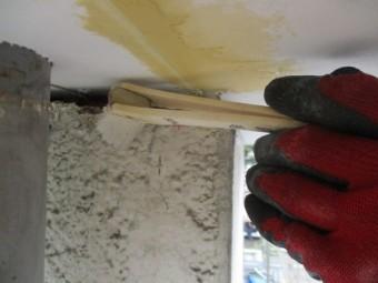 モルタル接着強化剤の塗布中です