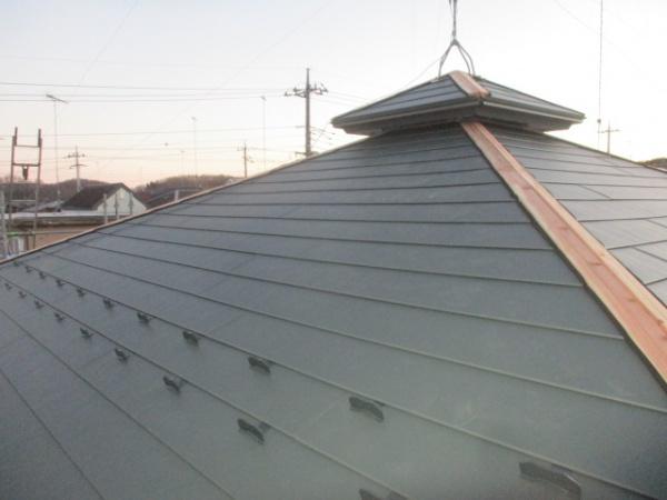 大屋根のルーフ貼り付けが終了しました