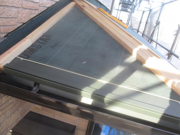 下屋根東面のスターター取り付けが終了しました