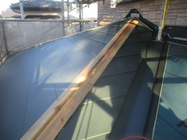 下屋根西面のルーフ貼り付けが終了しました
