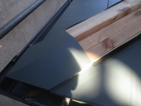 真岡市の屋根葺き替え工事で棟板金と雪止めを取り付けました。