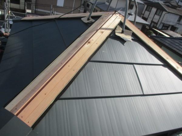 施工前の越屋根の棟板金です