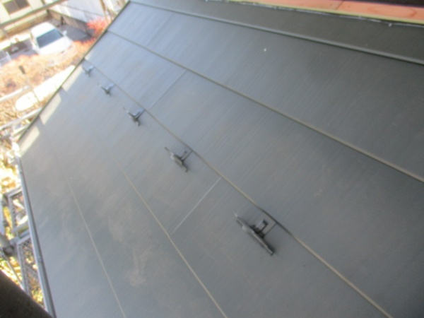下屋根のルーフ貼り付けが終了しました