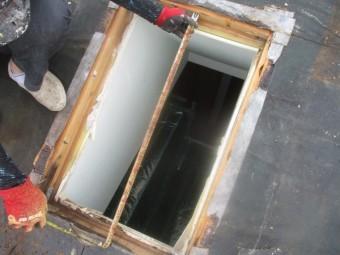 天窓開口部のサイズを測ります