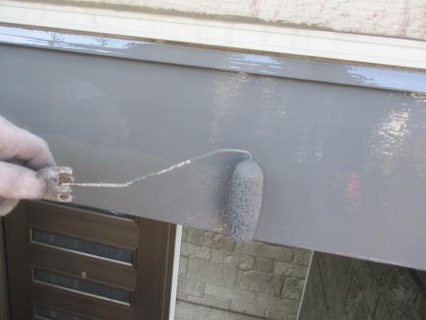 幕板の上塗りローラー塗装中です