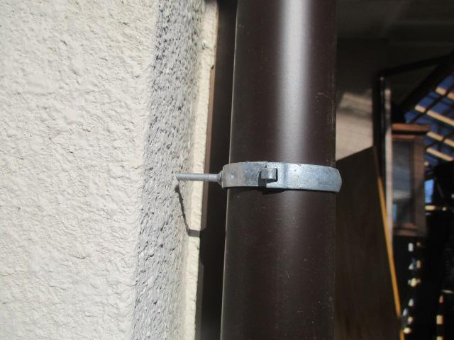 縦樋金具と縦樋を取り付けました
