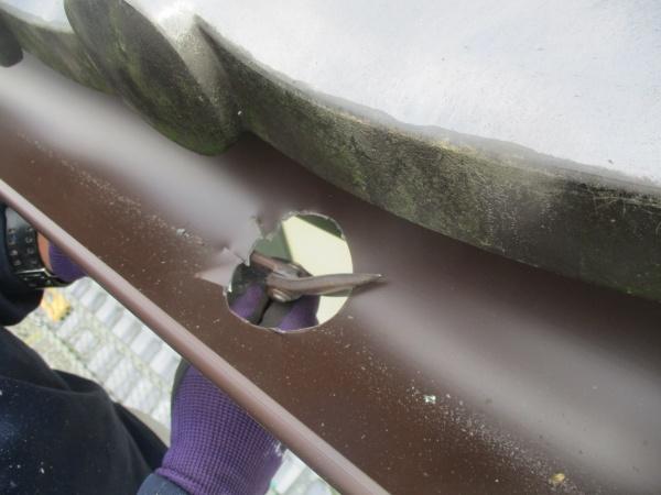 排水穴に切り込みを入れました