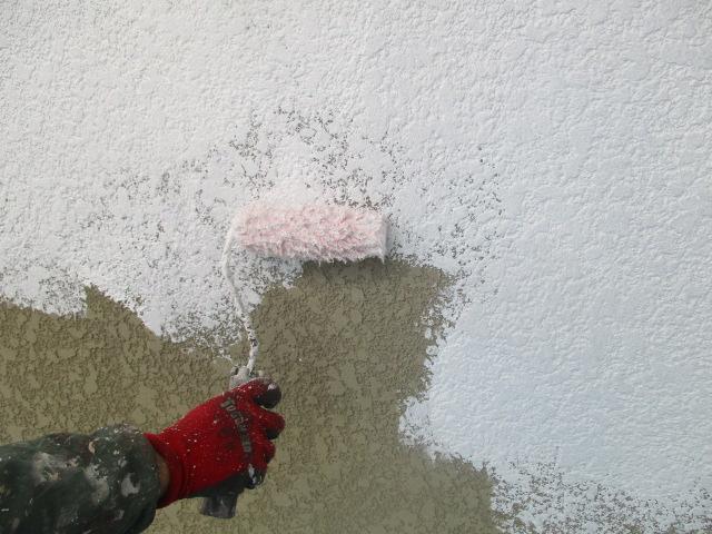 外壁下塗り中です
