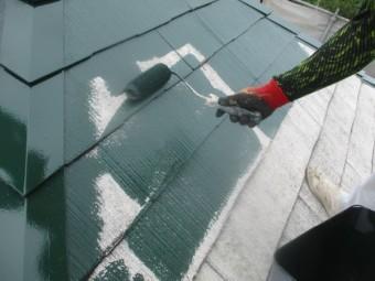 スレート屋根の中塗りローラー塗装中です
