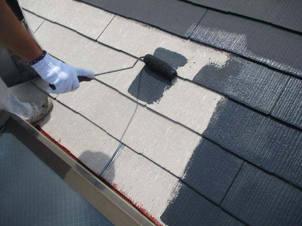 スレート屋根の下塗り中です