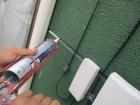 外壁目地にシーリング材を塗布中です