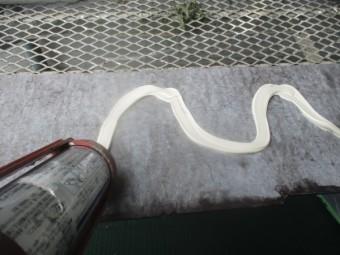裏面にシーリング材を塗布します