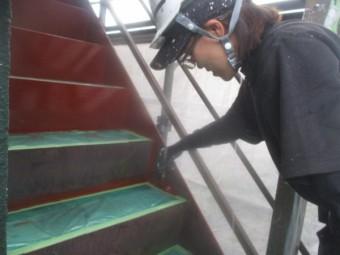 階段金属部の錆止め塗装中です