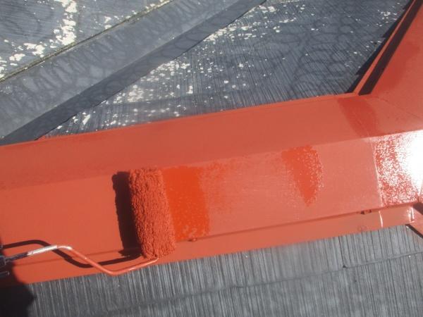 棟板金の錆止めローラー塗装中です