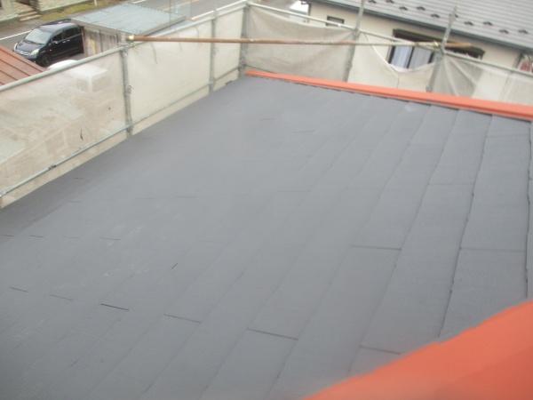 北面屋根の下塗り終了です