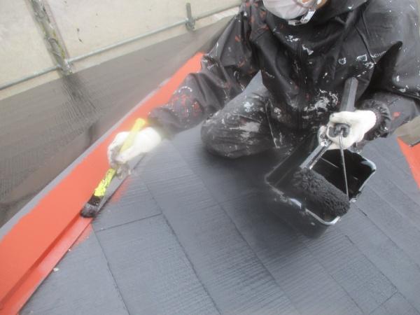 スレート屋根の刷毛中塗り中です