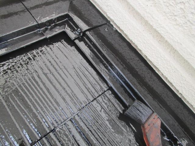 下屋根壁水切りだめ込み中です
