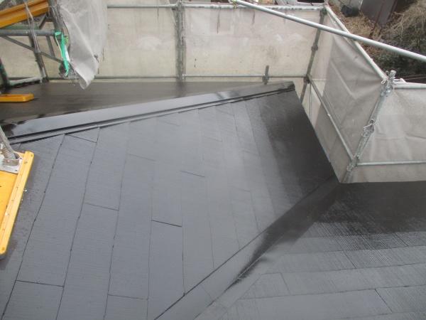 下屋根の中塗り終了です