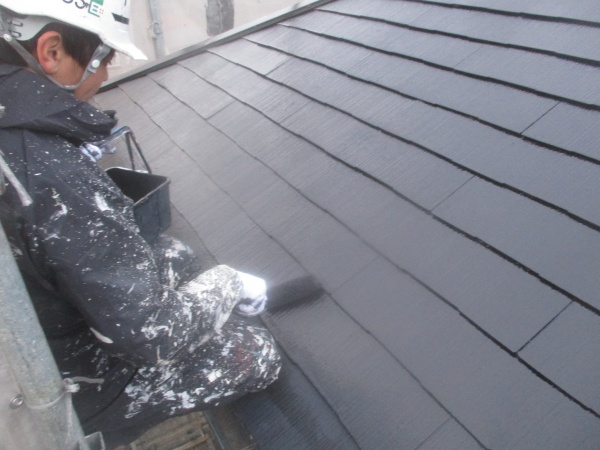 スレート屋根のローラー中塗り中です