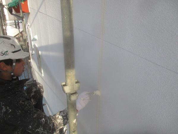 外壁目地の刷毛塗装中です