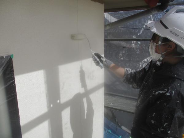 外壁中塗り塗装中です