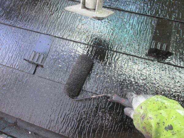 下屋根上塗りローラー塗装中です