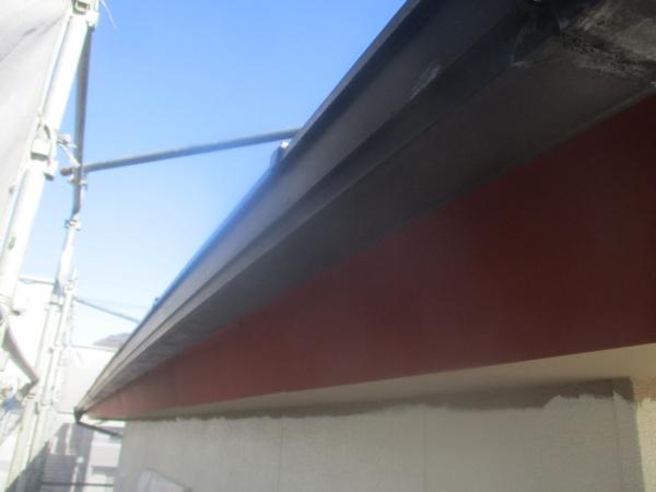 日光市で雨樋と外壁板金部の中塗り塗装をしました。