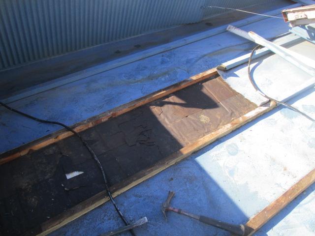 縦葺き板金材を撤去しました