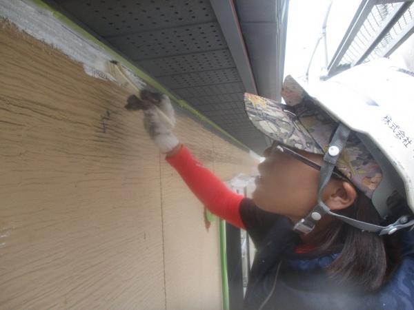 外壁の下塗り刷毛塗装中です