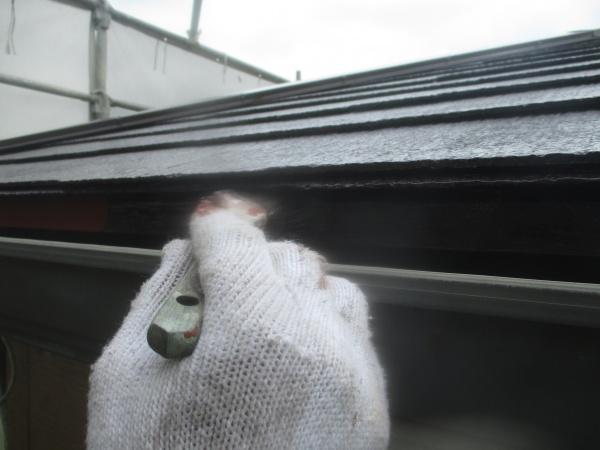 軒先水切りの中塗り刷毛塗装中です