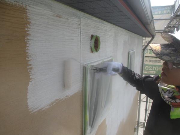 外壁下塗りローラー塗装中です