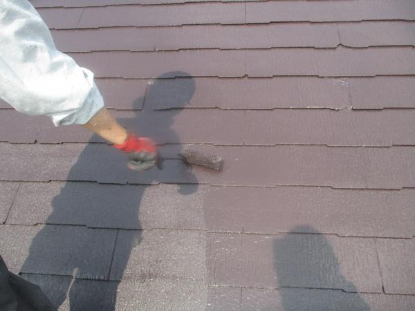 スレート屋根の上塗りローラー塗装中です