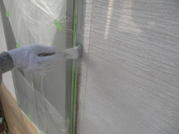 外壁下塗りの刷毛塗装中です