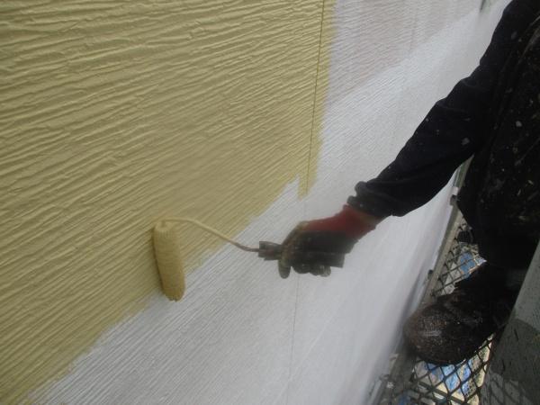 外壁中塗りローラー塗装中です。