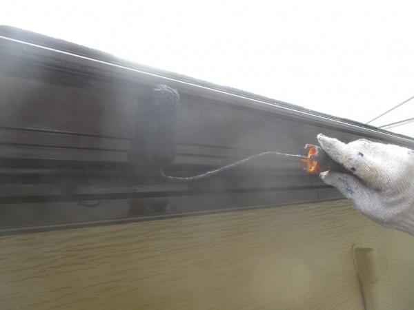 軒樋の上塗りローラー塗装中です