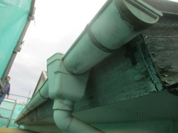 洗浄前の破風樋の状態です