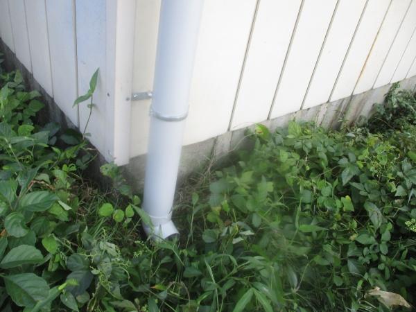 竪樋の排水側にエルボーを取り付けました