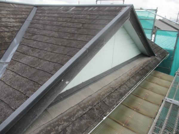 洗浄前のスレート屋根の状態です