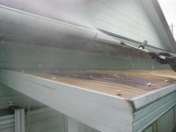 破風板と外壁の洗浄中です