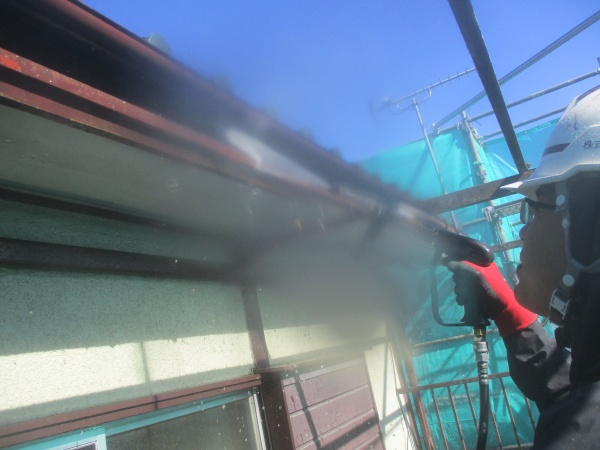 破風板の洗浄中です