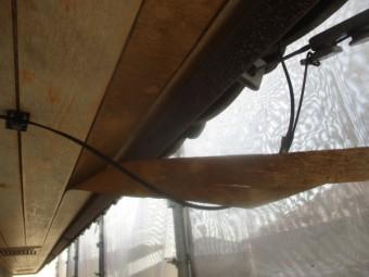 破損した軒天材を撤去しました