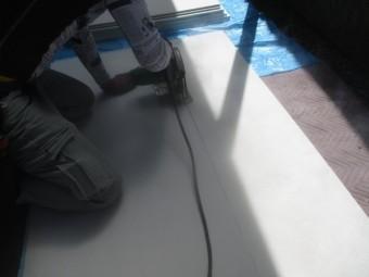 寸法に墨を引きケイカル板をカットします