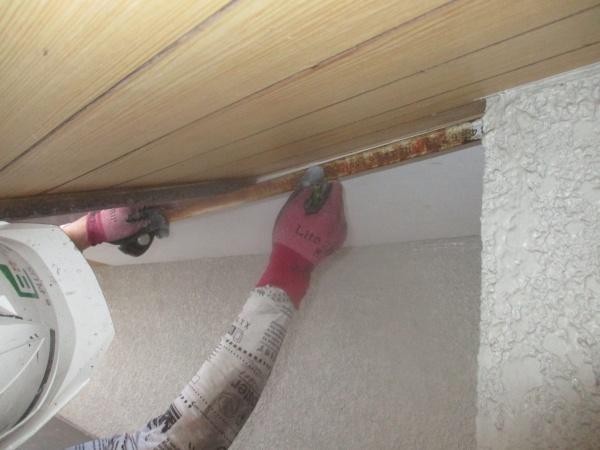 垂木間と軒先の出寸法を測ります