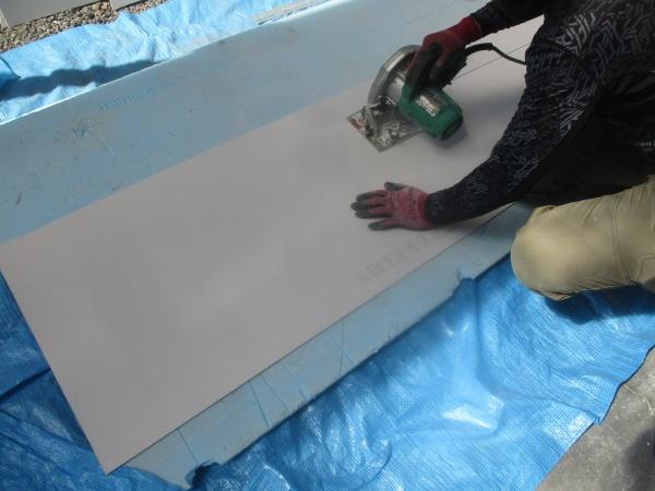 ケイカル板をカットします